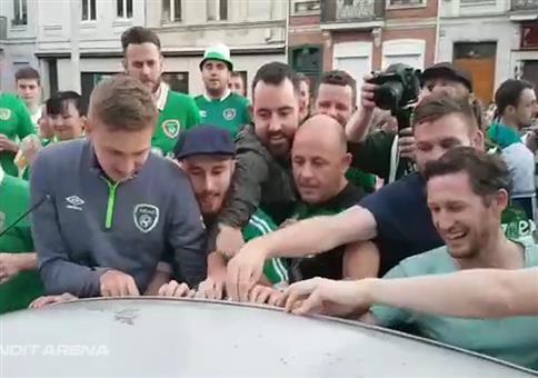 Irische Fans entdecken eingedelltes Autodach
