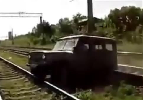 Wenn ein Jeep in Russland auf zwischen die Gleise gerät
