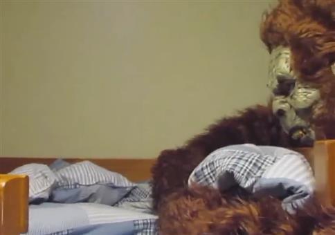 Kind im Bett erschrecken