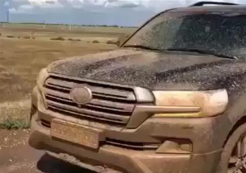 Geländewagen aus dem Schlamm gezogen