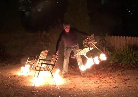 Brennende Stühle jonglieren