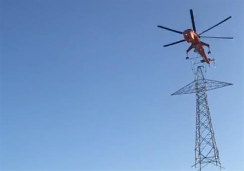 Hubschrauber setzt Hochspannungsmast exakt ab