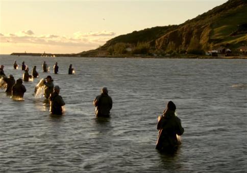 Delfine helfen Fischern beim Fische fangen