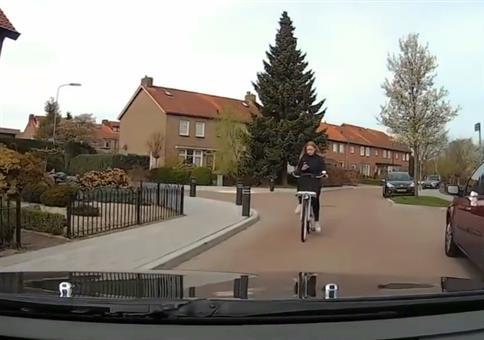 Als Radfahrerin immer das Smartphone vor der Nase