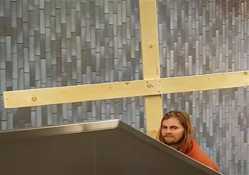 Jesus mit Kreuz am Ubahnhof unterwegs