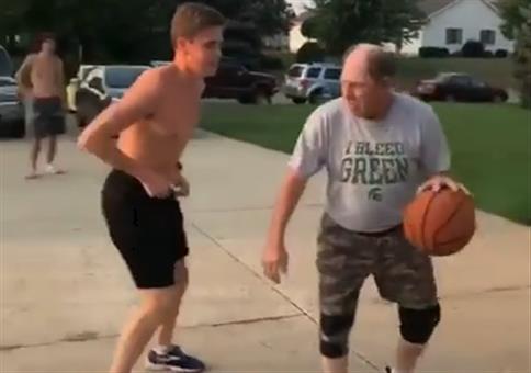 Neulich beim Basketball: Opa zockt sie alle ab