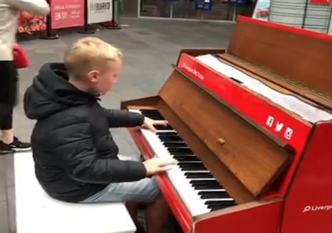 Er spielt im Einkaufszentrum ein paar Technoklassiker auf Klavier
