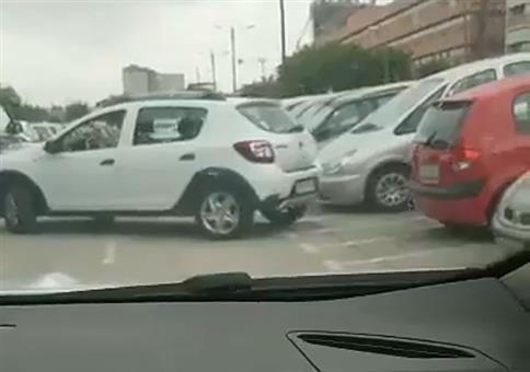 Sie versucht sich an einer recht engen Parklücke