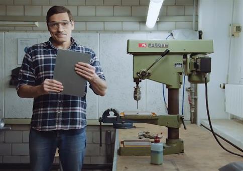 Eindeutig zweideutig: Löcher in Metall bohren
