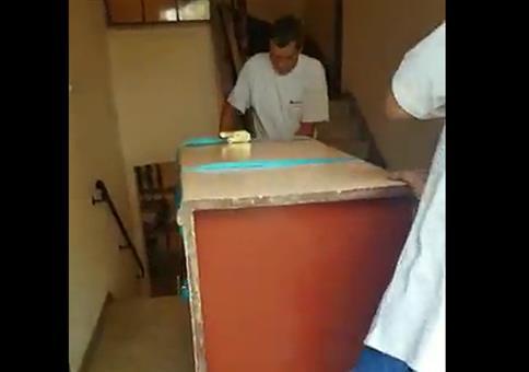 Den Schrank mit Hightechgerät in den Keller befördern