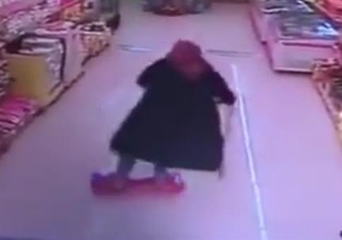 Oma mit Hoverboard beim Einkaufen unterwegs