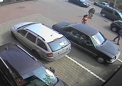 Frau beim Ausparken - Einfach kann ja jeder!