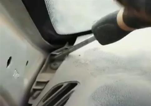 Im Auto eine bestimme Schraube lösen