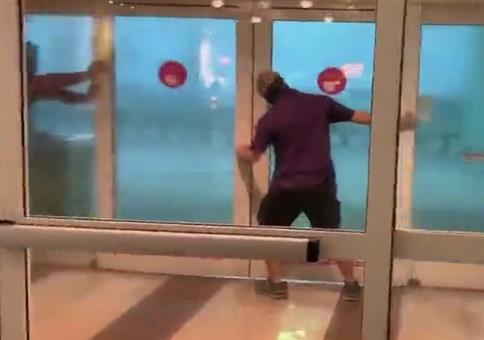 Tür zuhalten - Leicht stürmisch draußen
