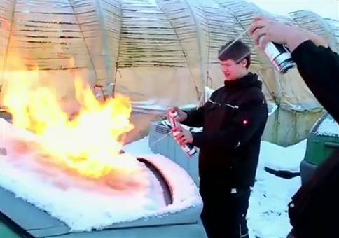 Auto Feuer und Eimer Wasser enteisen