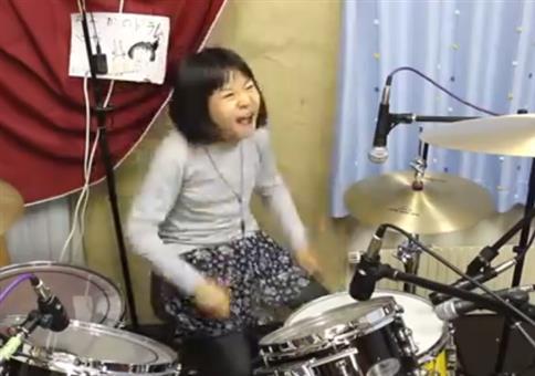 Die Kleine hat richtig Bock aufs Drummen