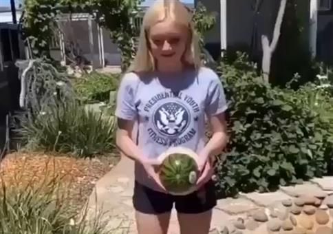 Wenn sich die Melone mit den Gummibändern rächt